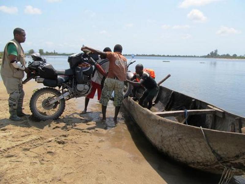 Ahol csónakkal viszik át a túlpartra a motort - extrém túra Madagaszkáron
